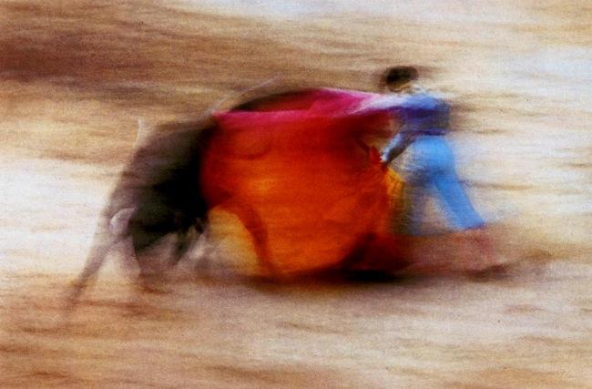 """""""…y la taurina imagen 'movida', en alguna corrida de los Sanfermines."""" Ernst Haas ('la suerte de capa' 1956)"""